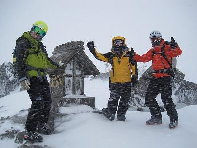 天狗原の祠にて。猛吹雪でした。