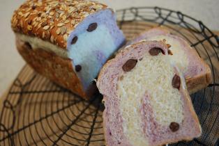 紫芋と甘納豆の2色パン