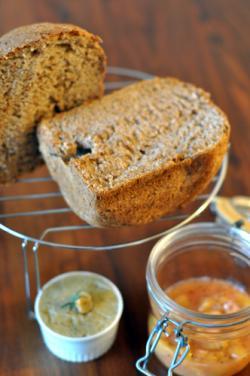 休日の朝ごはん 焼きたてパンとジャムとペースト