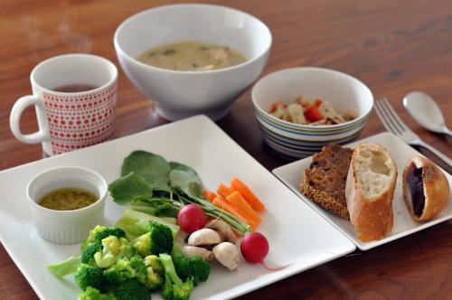 休日のお昼ごはん パンとシチューとバーニャカウダ