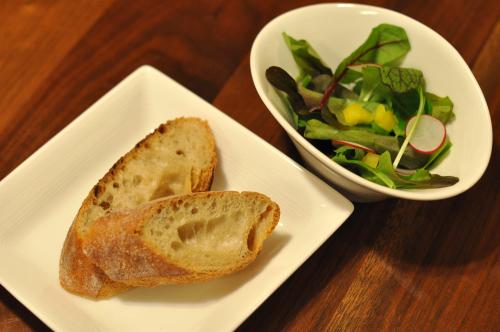 パンとベビーリーフのサラダ