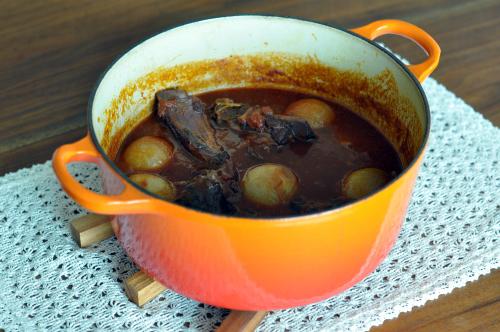 スペアリブと丸ごとたまねぎのトマト味噌煮