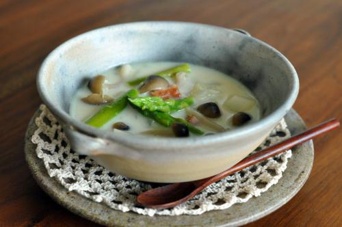 ベーコンとしめじとアスパラの味噌ミルクスープ