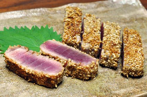 """醤油麹マグロの白ごま""""レア""""ステーキ"""