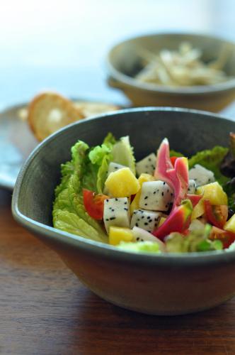 ドラゴンフルーツとパイナップルのサラダ