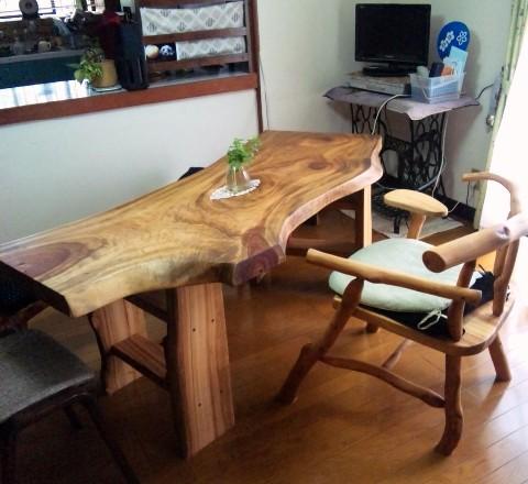 H宅~(テーブルと木の椅子。)