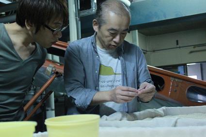 工場見学 米つぶを見る二人