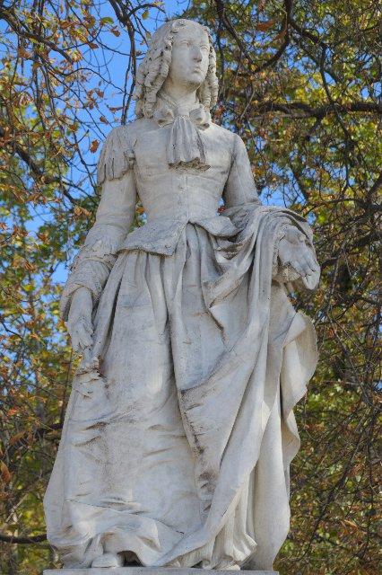 秋のリュクサンブール公園:アンヌ・マリー・ルイーズ・ドルレアンの彫像