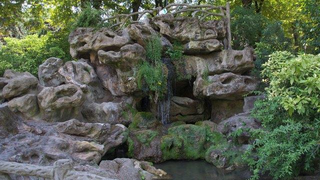 夏のモンスーリー公園の滝