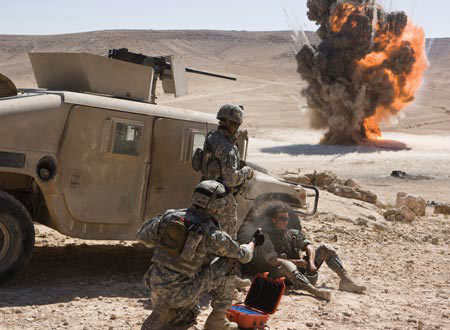 危険な作業に従事する兵士たち