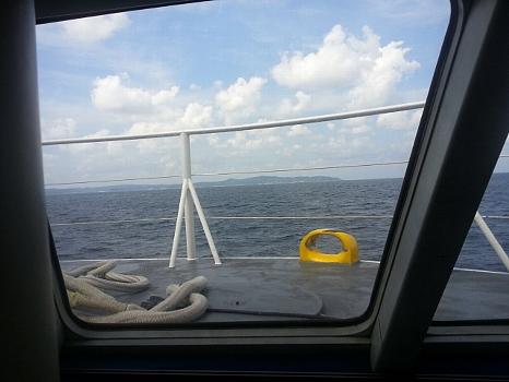 船より遠く壱岐の島を望む