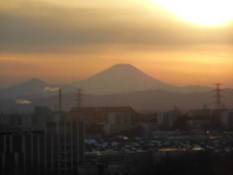 富士の上の線のような雲