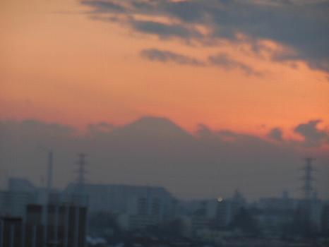 曇天夕焼け富士うっすら