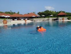 プールで泳ぐ私と息子