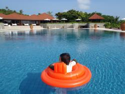 プールに浮かぶ息子
