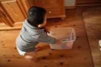 米櫃で遊ぶ息子2