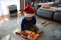 プレゼントで遊ぶサンタ