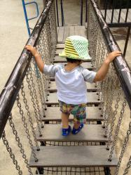 吊り橋風の遊具