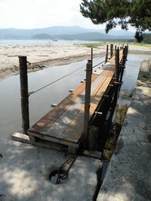 浜へ続く橋