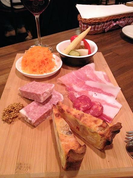 フジマル02前菜4種(栗とスモークチーズのキッシュ、豚のパテ、人参のラベ、野菜のギリシャ風マリネ、パルマ産生ハム・サラミの盛り合わせ) (2)
