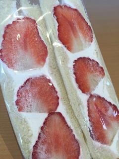 カフェ 余目製パン いちごサンド