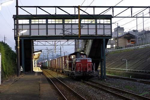 DD51-871 8556レ 小波瀬駅跨線橋 030906web