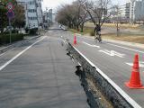 25日 駅南大橋近く桜川沿い道路陥没