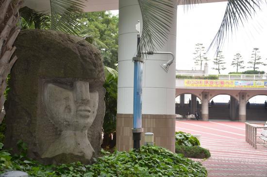 竹芝港到着 女人像は新島向山のコーガ石