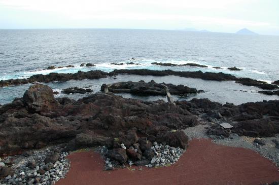 二重三重に囲まれ外洋の高波が入り込まない安全遊泳場