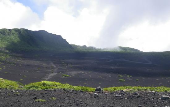 左が白石山 白石山から見下ろすカルデラの風紋は神秘的です。