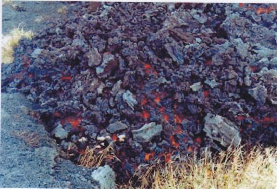 アア溶岩先端 表面は早く冷めたクリンカー