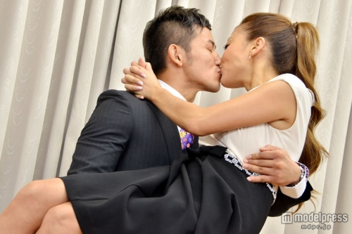 あびる優結婚会見、公開キス&お姫様抱っこ イケメン格闘家と2ショット