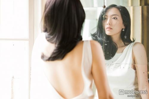 美しい腹筋もあらわに、少女から大人の女性へと成長…元KARA・知英(ジヨン)、初写真集で見せたことのない姿を披露