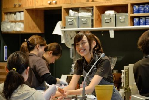 【乃木坂46】新曲発売記念cafeオープン、OL兼任アイドルの新内眞衣がサプライズ接客