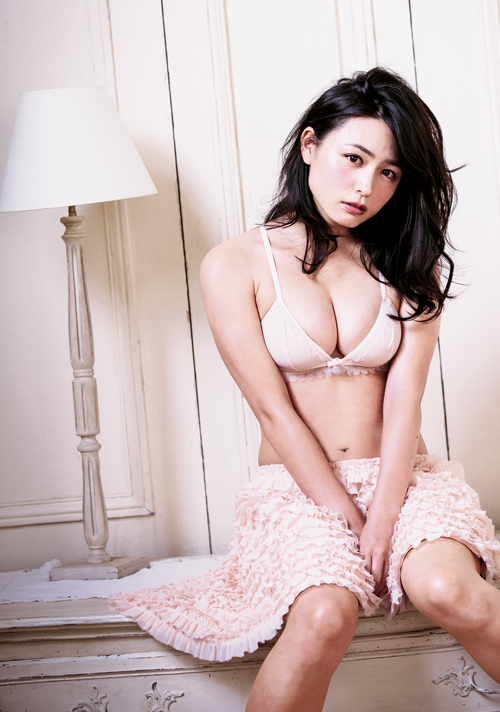 川村ゆきえ、豊満な胸元を大胆に露出したセクシーな下着姿を公開