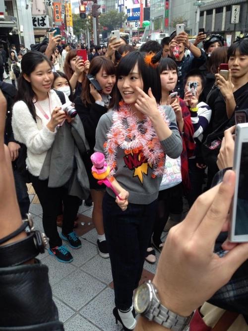 【画像あり】渋谷でアイドルが盗撮される あれ?周りの顔をよく見てみるとwwwwwwwww