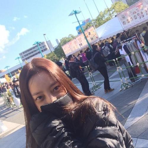 """「KARA」ハラ、日本でも""""隠せない""""清純美…グッズ売り場でこっそり写真撮影、「7時に会いましょう」"""