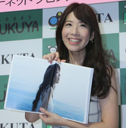 元NHKお天気キャスターの半井小絵(41)、写真集でランジェリー姿などを披露 女優として濡れ場への挑戦にも意欲