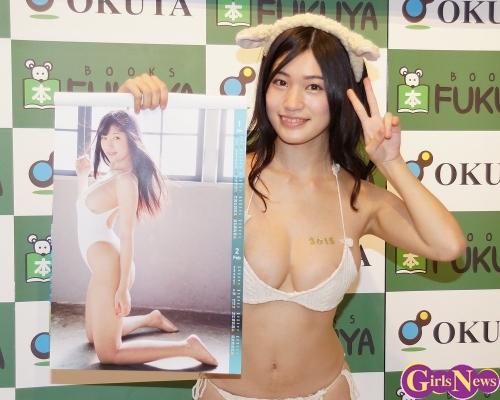 高崎聖子、Gカップボディーを白いビキニに包んで登場!初のカレンダー発売「2枚買って部屋とお手洗いに飾って」