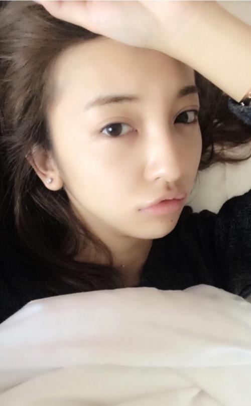 ともちんこと板野友美(23) 寝起き写真を掲載 → 批判殺到 「起きてすぐアヒル口」「アクセしたまま寝るの?」