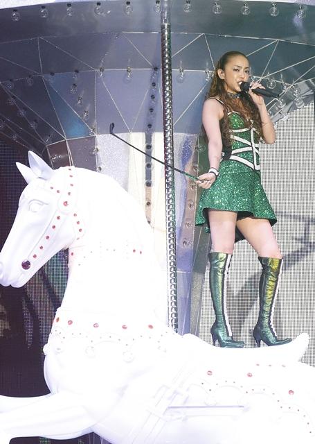 安室奈美恵、ミニスカムチで圧巻パフォーマンス! MCなしでも観客魅了