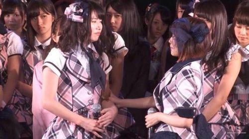 高橋みなみが次のAKB総監督を横山由依に指名した瞬間のメンバーの顔が怖すぎる (画像あり)