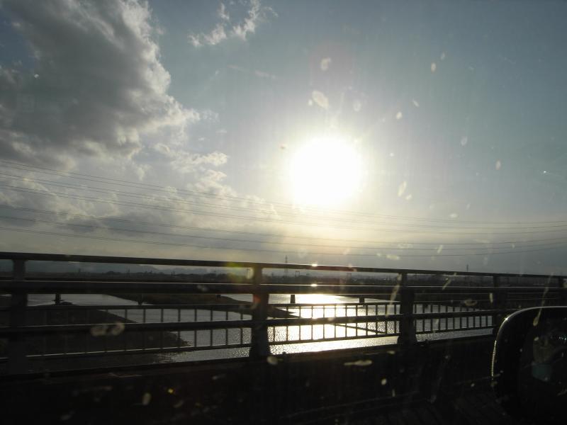 ばっちくなった窓の向こうでは空が晴れ渡っていました(^ω^;)
