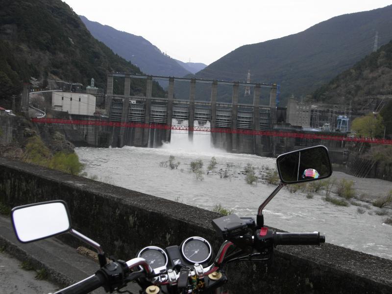 秋葉ダムに到着すると、放流の場面に遭遇!