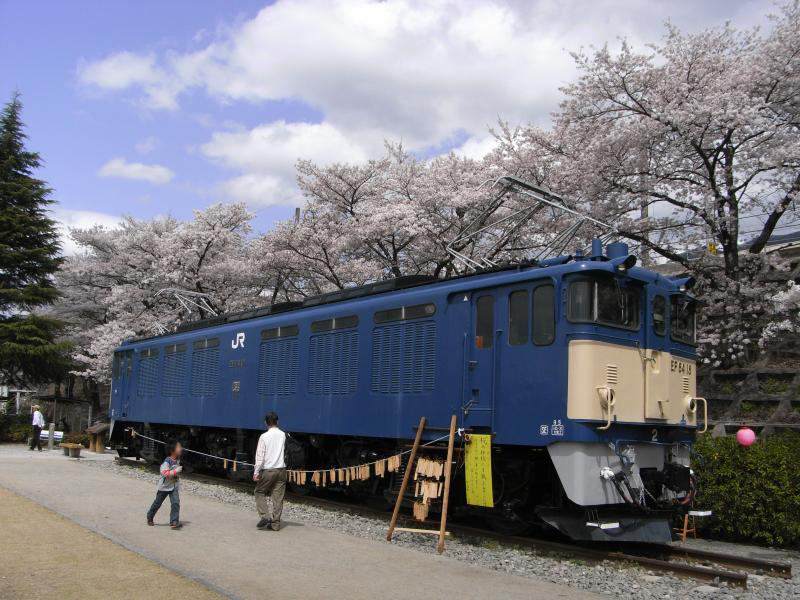 公園の反対側にも旧電鉄の車両が!