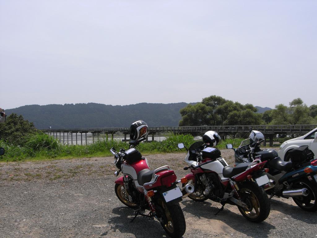 橋の前の駐車場は砂利だらけでバイクは要注意です
