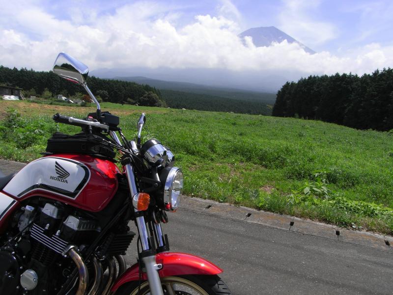 牧草地帯から富士山望むも流石にお昼になると雲が増えてきますね