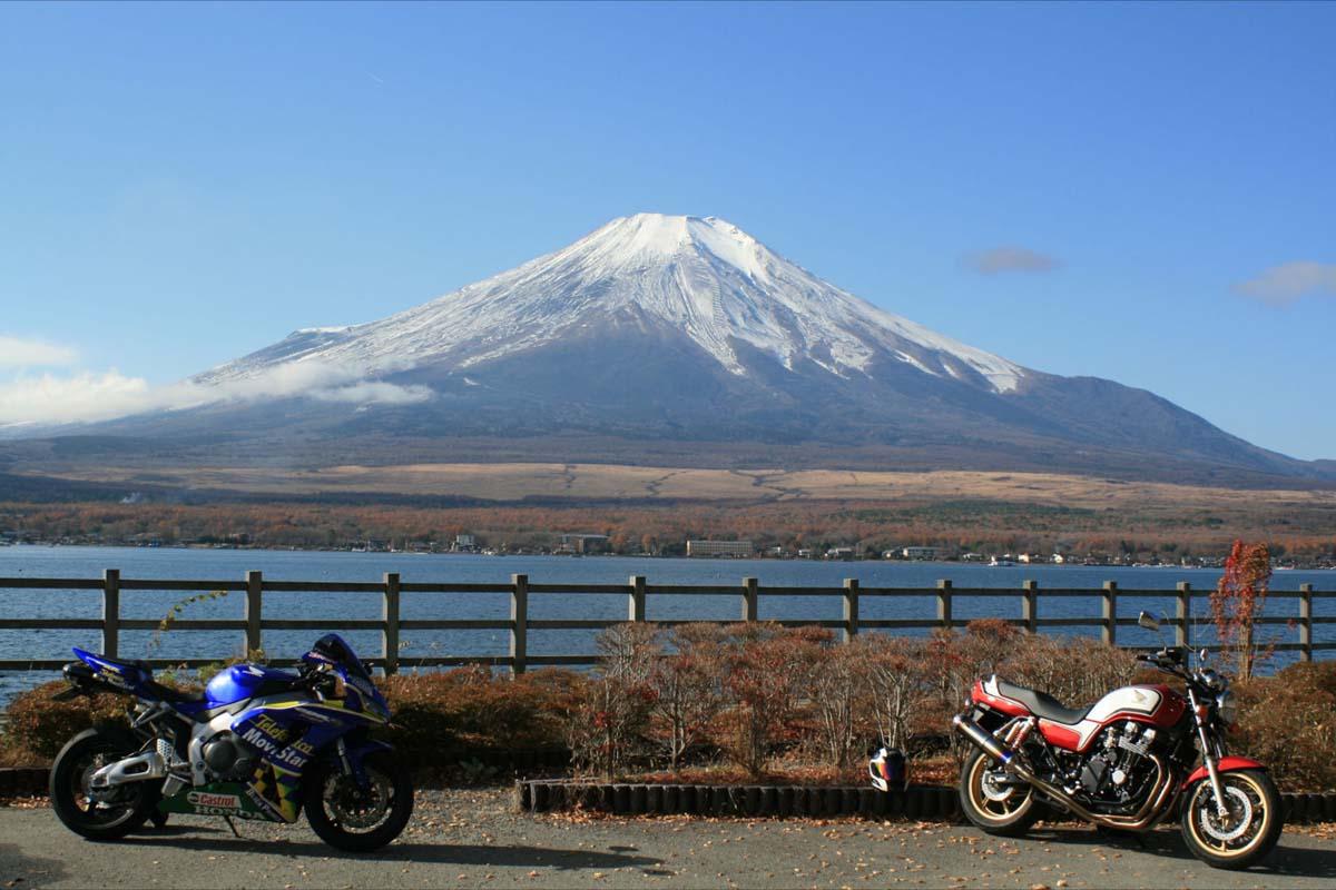 富士山バックに赤い旧型と青い新型のツーショット♪