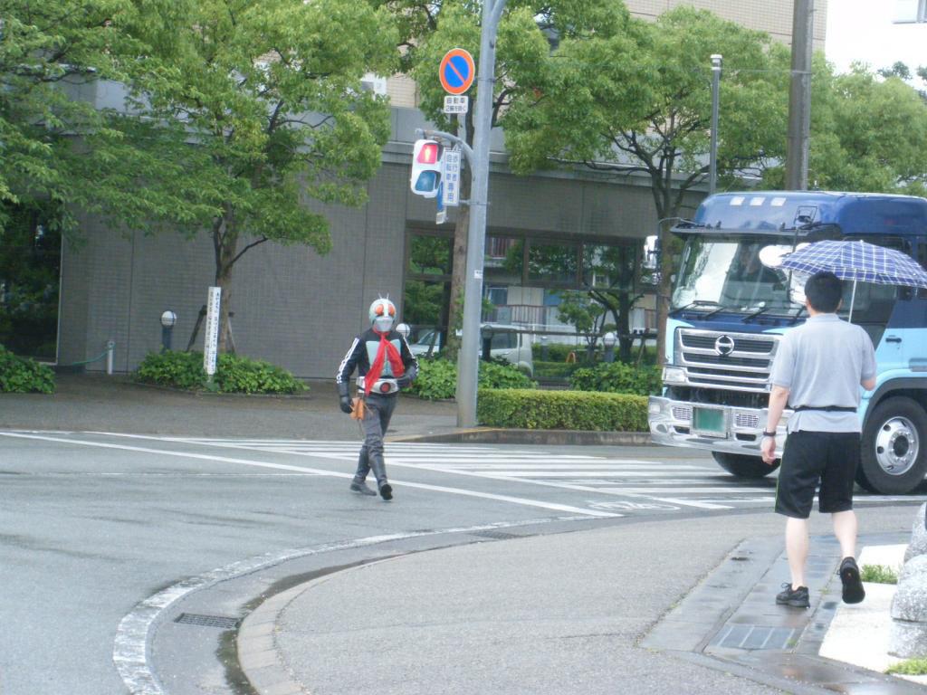 仮面ライダーさん、信号、赤なんですけど・・・(==;