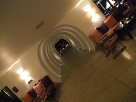 バー側からのトンネル